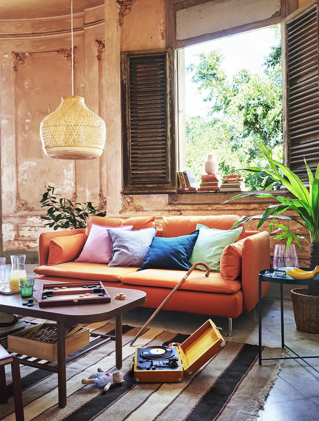 Soffa och vardagsrum med lampa från Ikea sommaren 2020