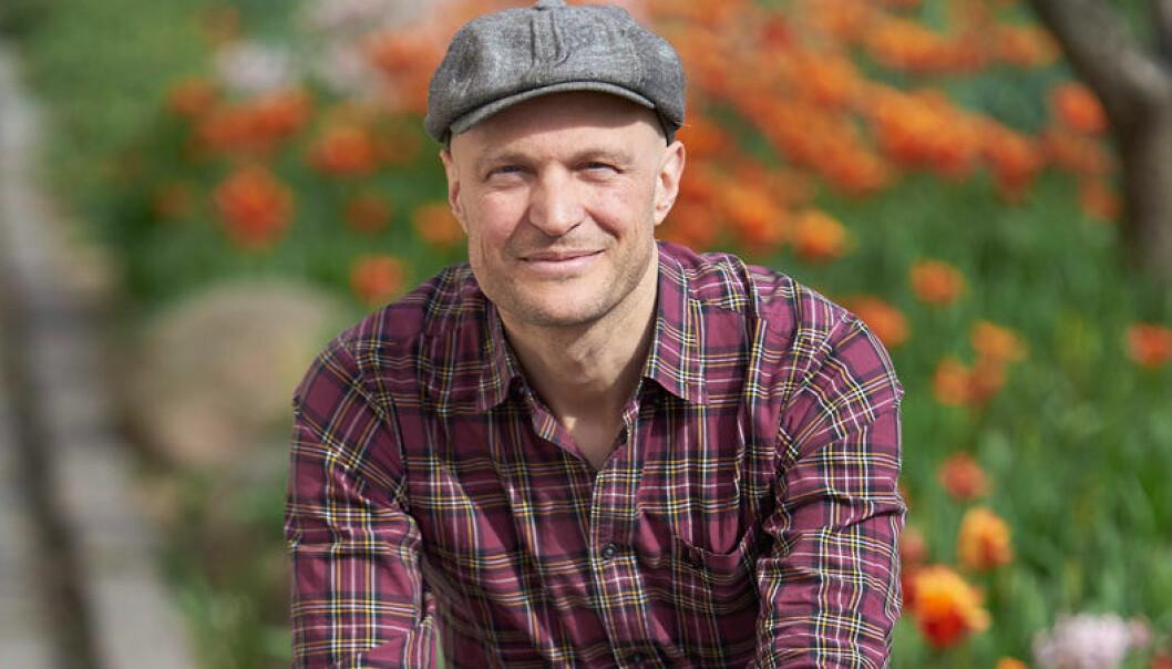SVT-journalisten Fredrik Önnevall hjälpte en flyktingpojke komma in i Sverige.