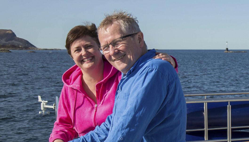 Jorunn och Jens står på däck och i bakgrunden syns havet
