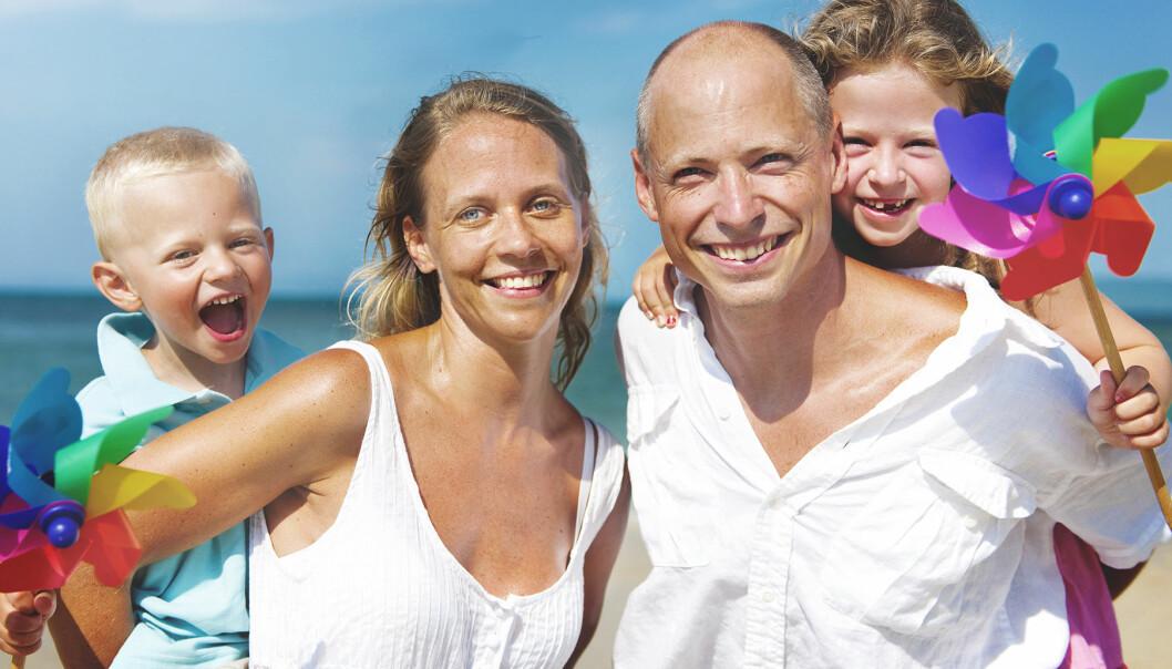 Glad familj på stranden