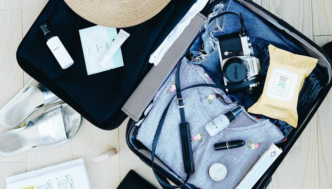 En väska packad med saker inför en resa.