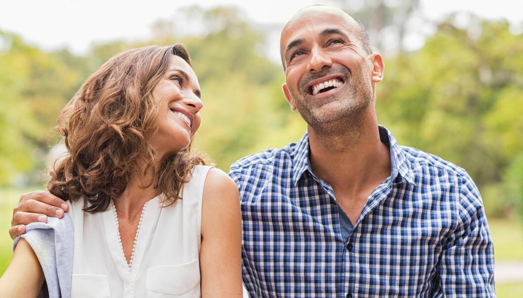 Ett lyckligt par skrattar tillsammans