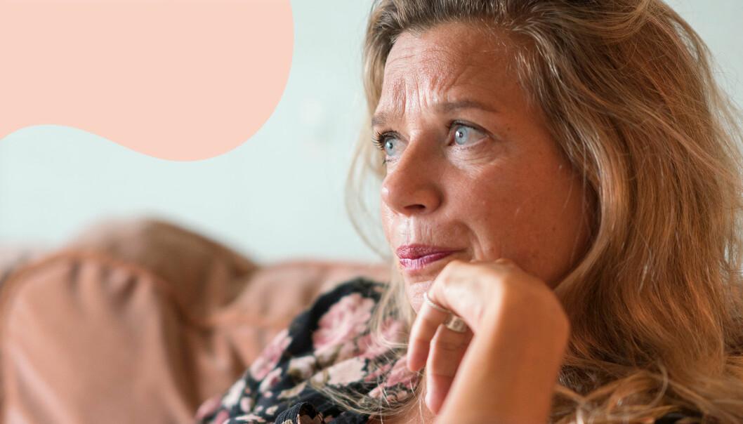 Författaren Emma Hamberg sitter i en soffa