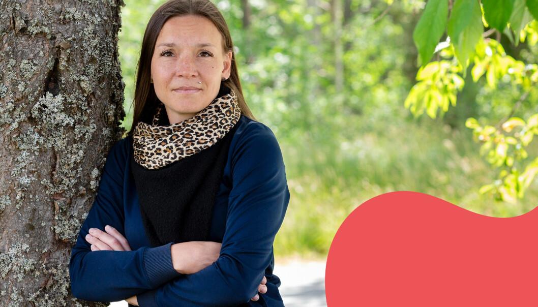 Carolina, berättar om sorgen efter sin man, fotograferad framför ett träd och grönskande bakgrund.