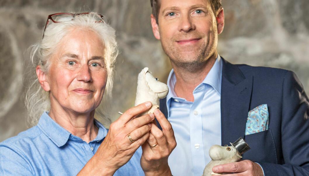 Erik Ingare värderar Mumintroll från 1950-talet åt kunden Charlotte Carlberg.