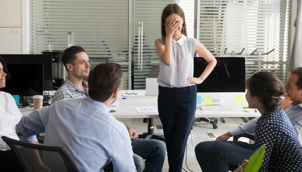 Kvinna rodnar framför sina kollegor