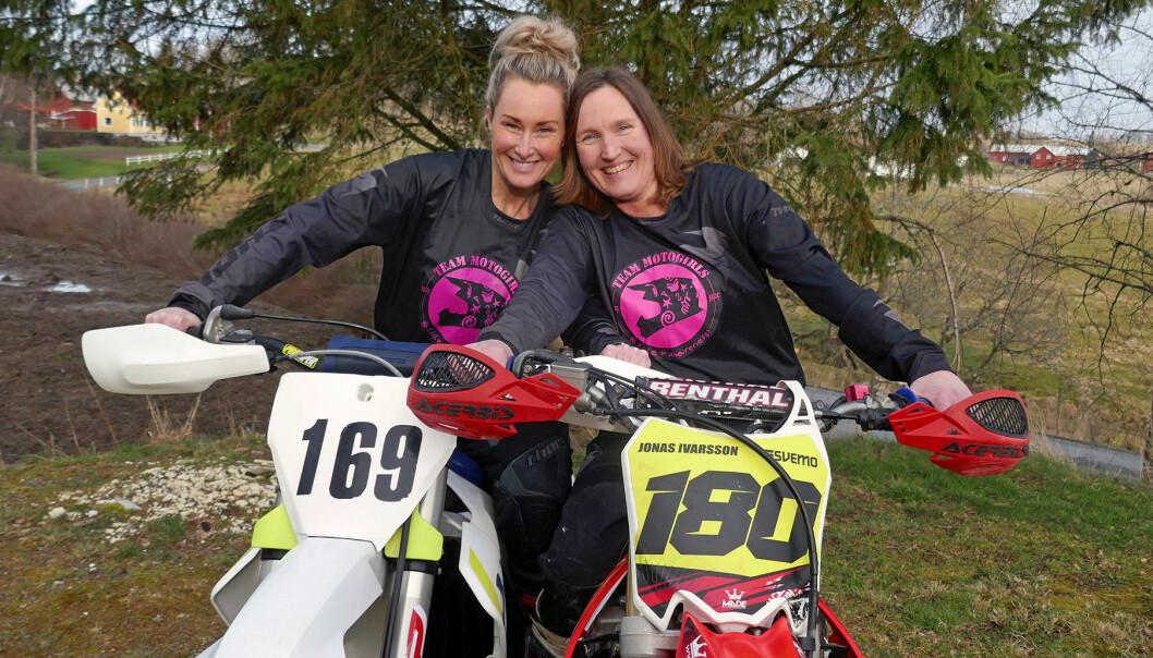 Anette och Malin på sina motorcyklar