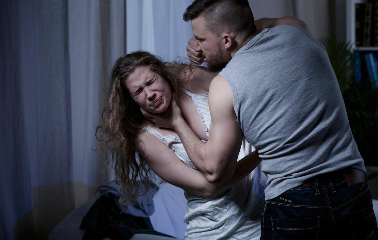 Genrebild av man som misshandlar kvinna.