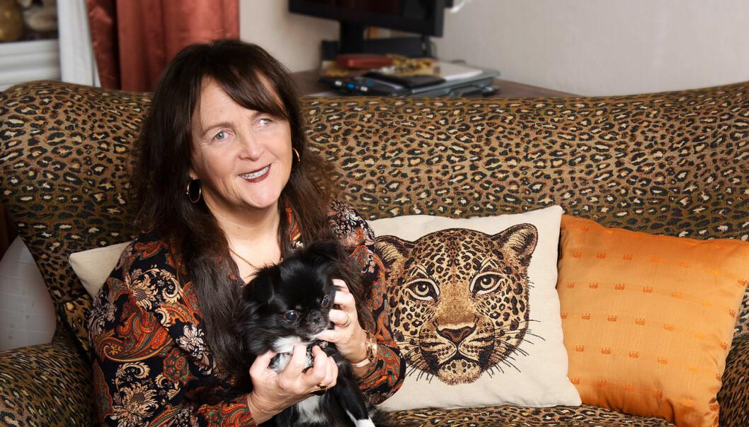 Synskadade Monicka, som växte upp på institution, sitter i en soffa med sin katt