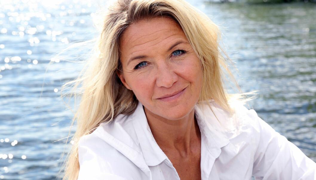 Kristin Kaspersen sitter vid ett vattendrag