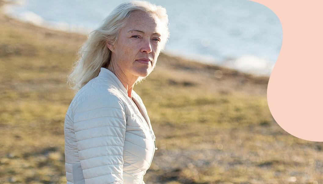 Christina sitter på en bänk och tittar ut över havet. Hennes son Isak dog av en överdos.