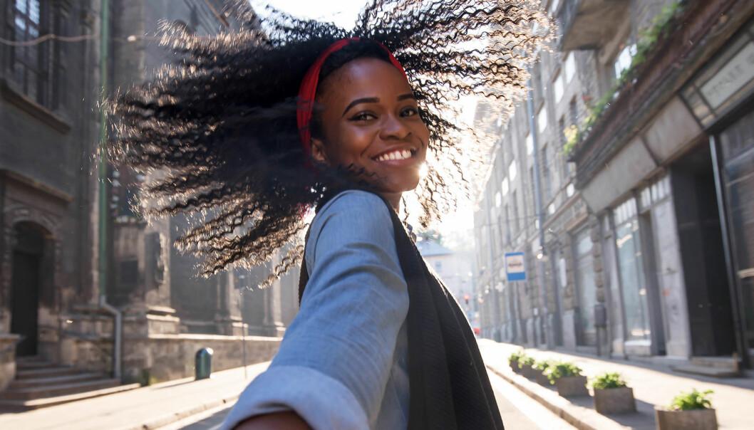 Glad ung kvinna på gata