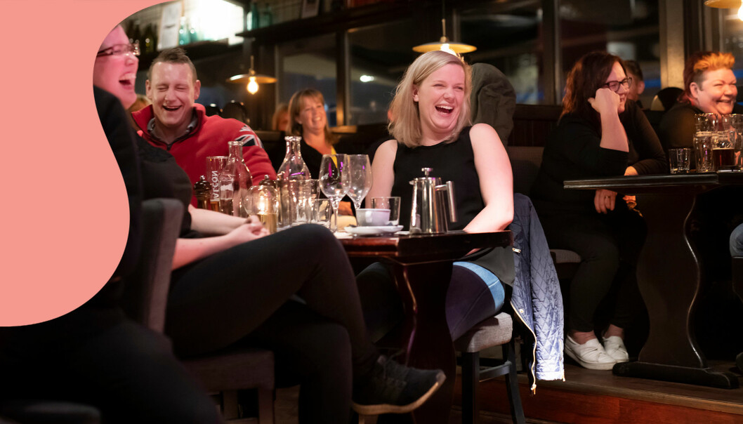 Publik skrattar åt ståupp-komiker