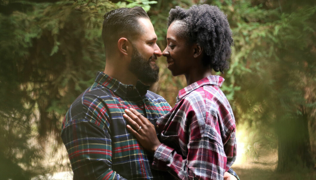 Kärlekspar i skogsmiljö