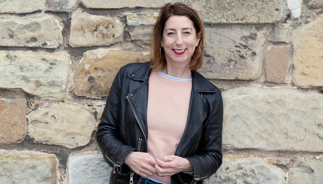 Porträtt av författaren Jenny Colgran framför slottet där hon bor
