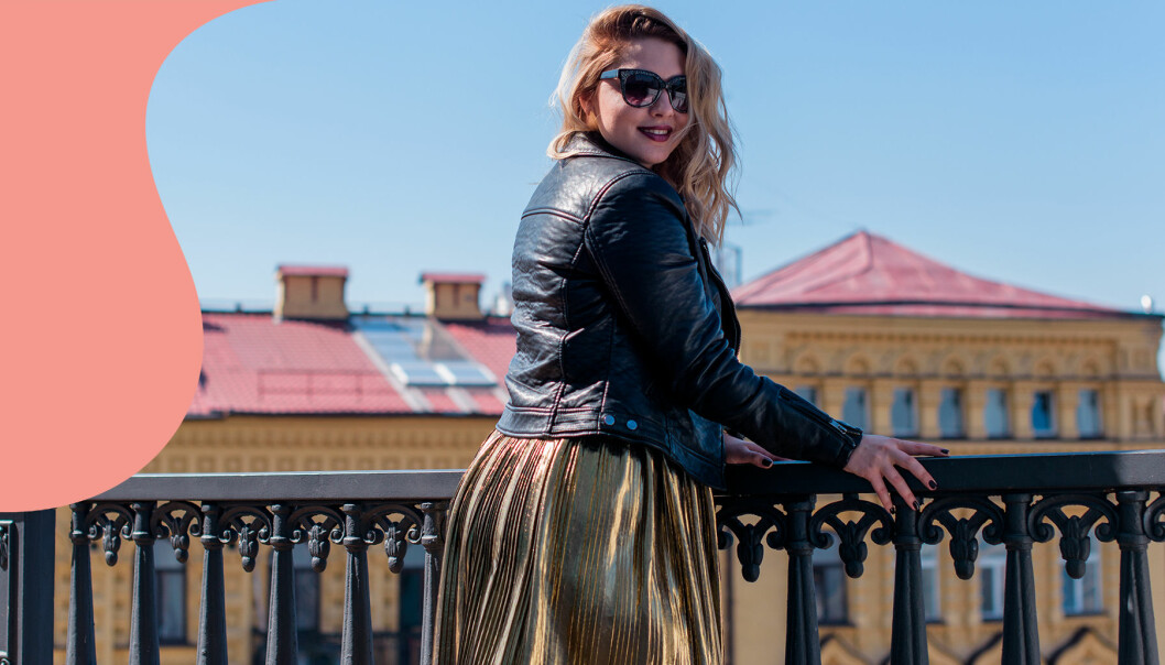 Kvinna i solglasögon på balkong