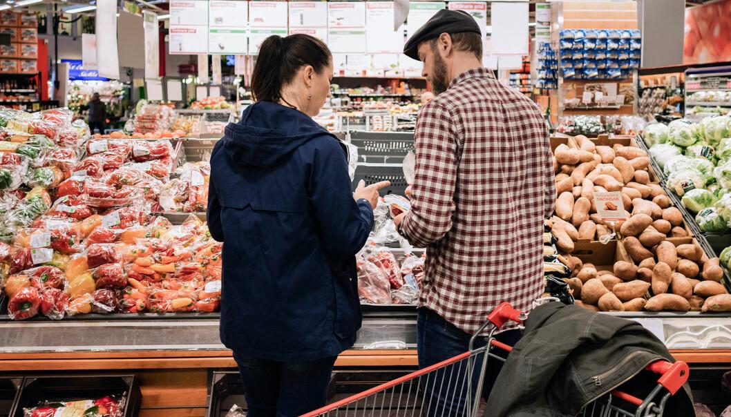 Ett par handlar klimatsmart i en livsmedelsaffär