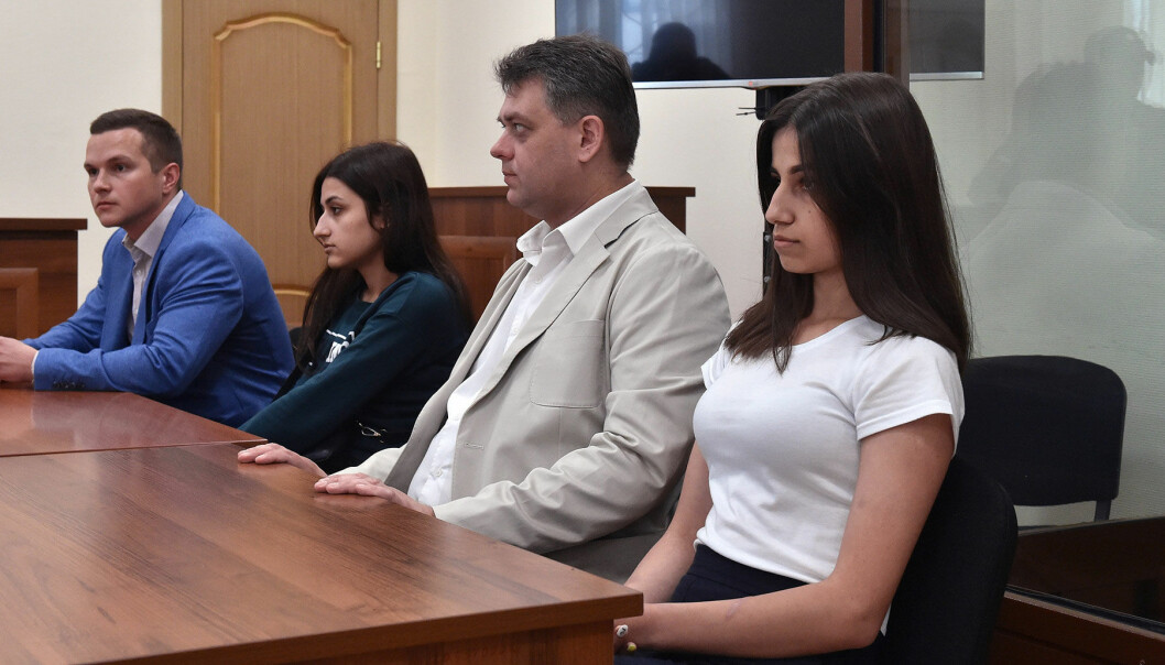 Systrarna som mördade sin pappa sitter i rätten