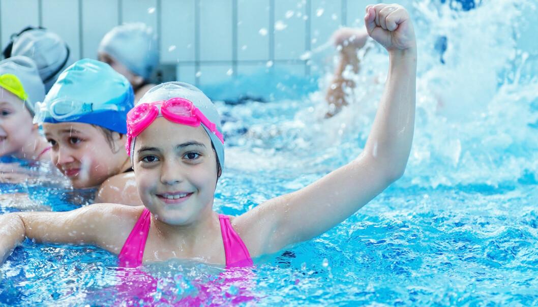 Glada barn leker i pool