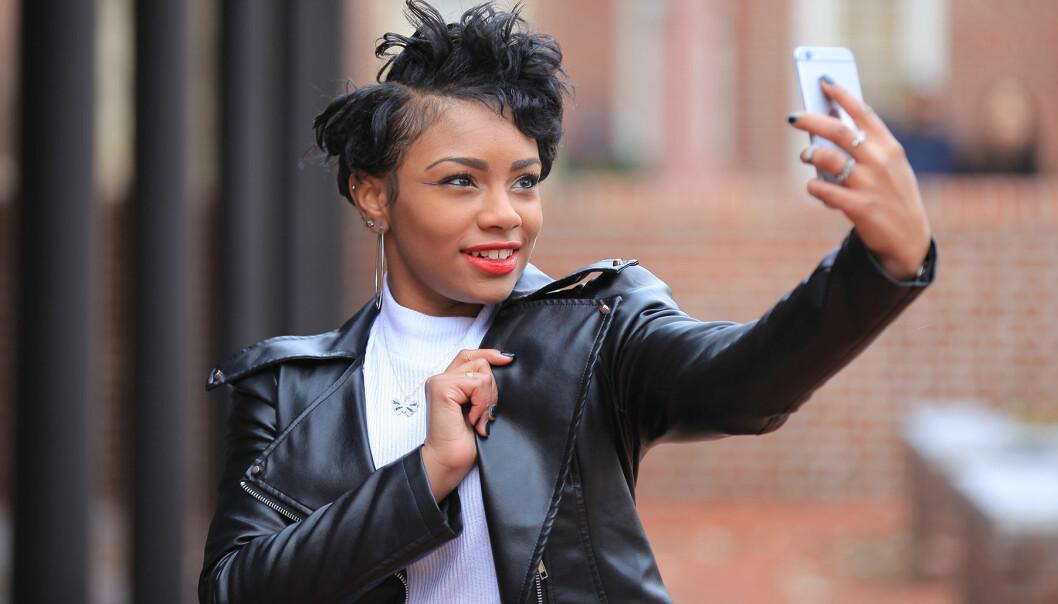 Kvinna tar en selfie