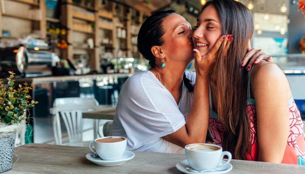 Mor och dotter myser på ett café.