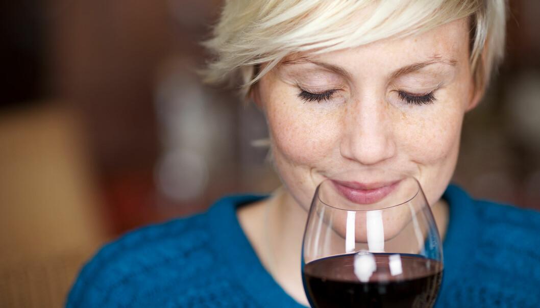 Kvinna dricker rött vin