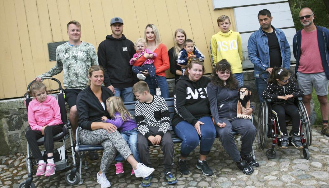 Gruppbild av familjerna med barn som har diagnosen Cohens syndrom.
