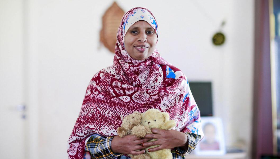 Doulan Sahra håller i två nallar och berättar om sitt arbete med att hjälpa kvinnor under deras förlossningar.