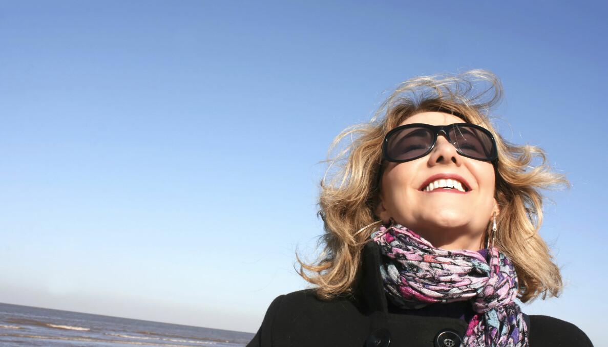 Kvinna njuter av solen och d-vitamin