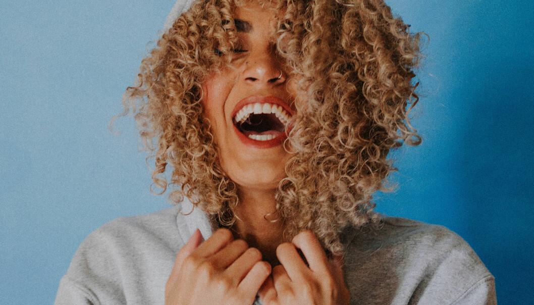 Kvinna skrattar högt