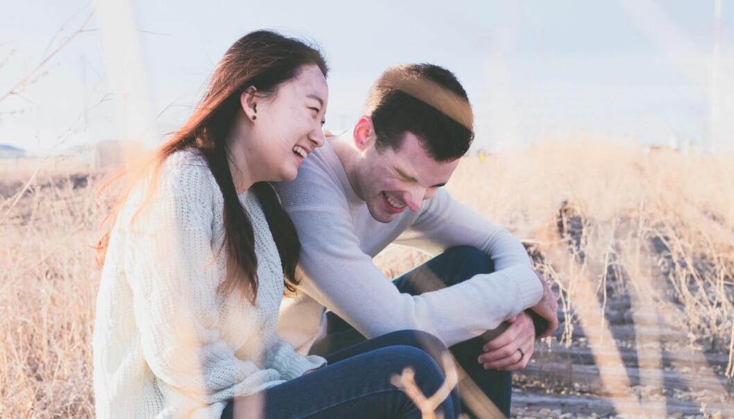 Nyförälskat par skrattar tillsammans