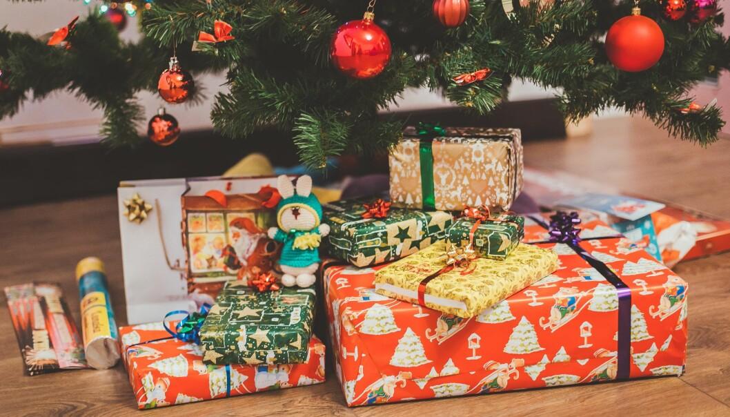 Snart avslöjas årets julklapp 2019. Här syns julklappar under granen.