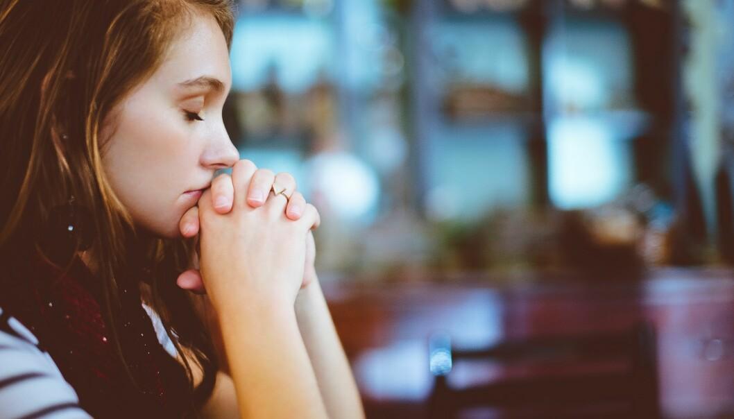 Stressad kvinna ledsen över sin dementa pappa