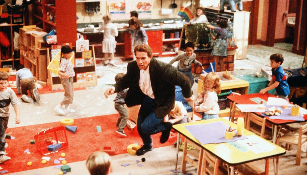 Arnold Schwarzenegger jagar barn i filmen Dagissnuten.