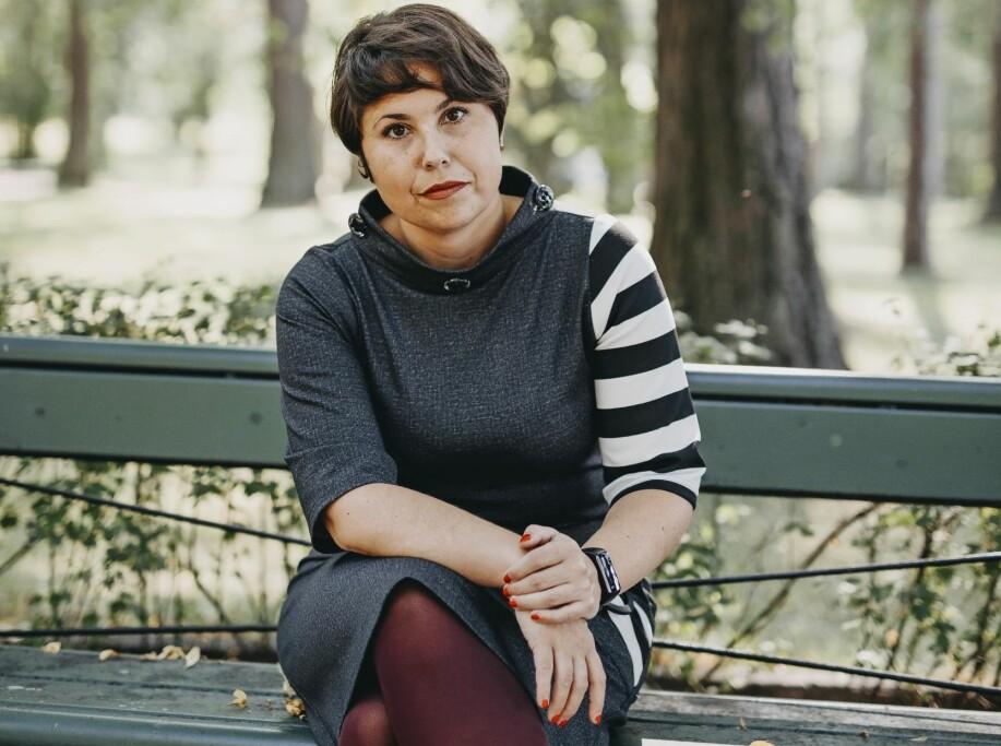 Andréa sitter på en bänk och berättar om vägen tillbaka efter den tysta hjärtinfarkten.