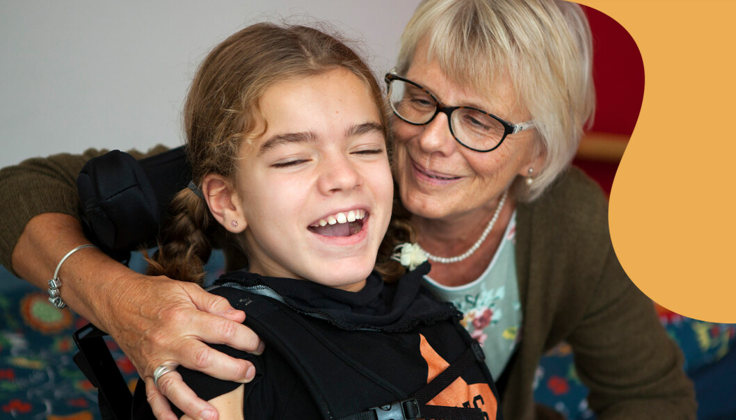 Carina Kristensen håller om sitt barnbarn Alicia som hon har tagit hand om under en lång period.