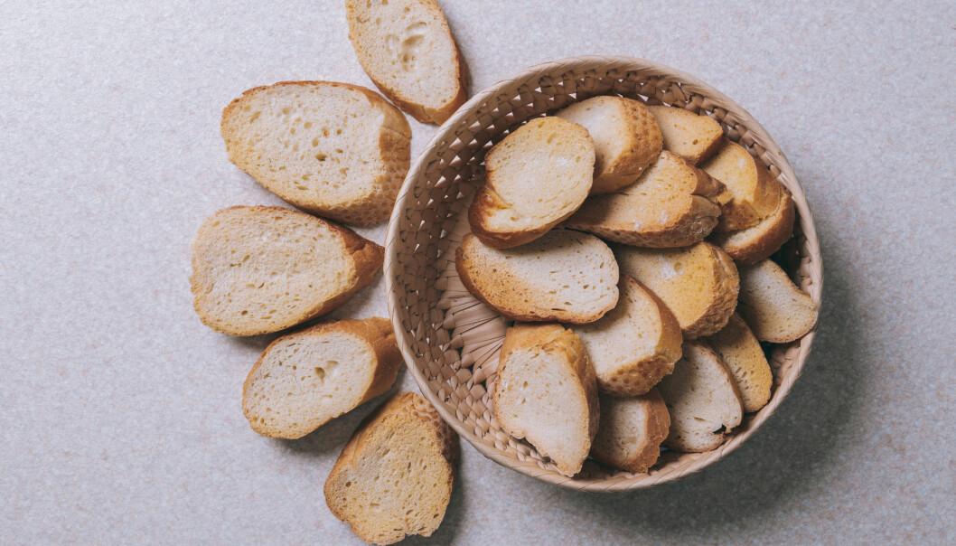 Är brödet fortfarande lite fuktigt kan du torka det i ugnen innan du gör ströbröd av det.