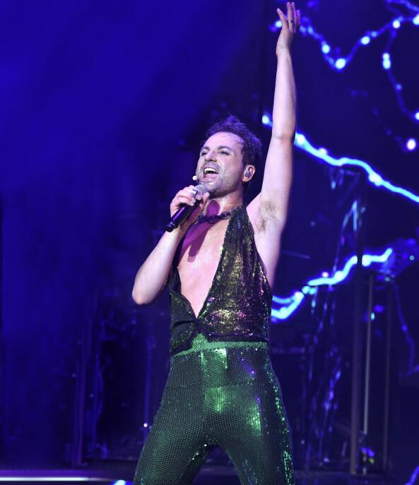Ola Salo i glitterkläder på scenen.