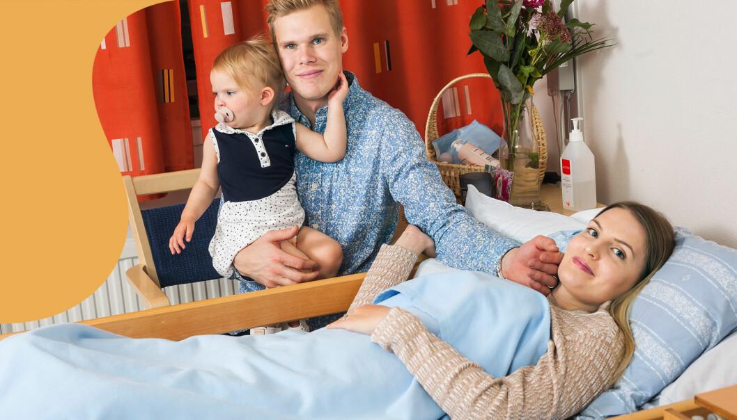 Åsa Brännmark ligger i sängen på äldreboendet där hon tvingas bo efter en olycka. Här omgiven av sin man och deras dotter.