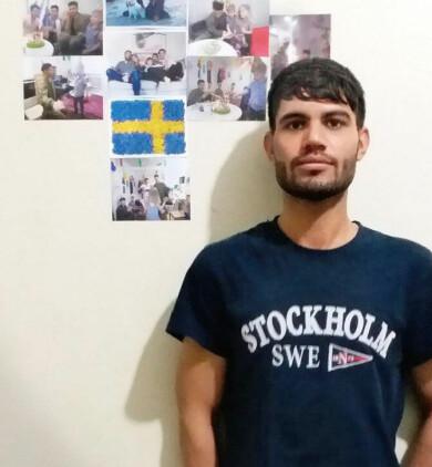 Sha Mohammadi framför bilder från sin tid i Sverige.