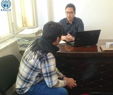 Abdul Ghafoor vid Afghanistan Migrants & Support Org i samtal med en man som utvisats till Kabul.