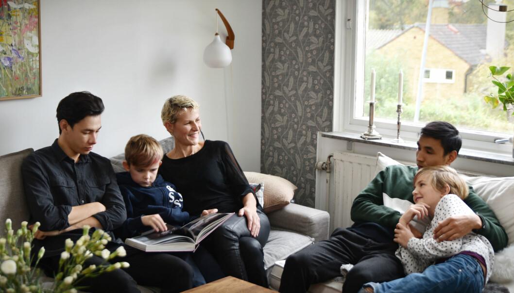 Joanna Ågren tillsammans med barnen Tim och Selma samt ungdomarna Nas och Mehdi i Stockholm.