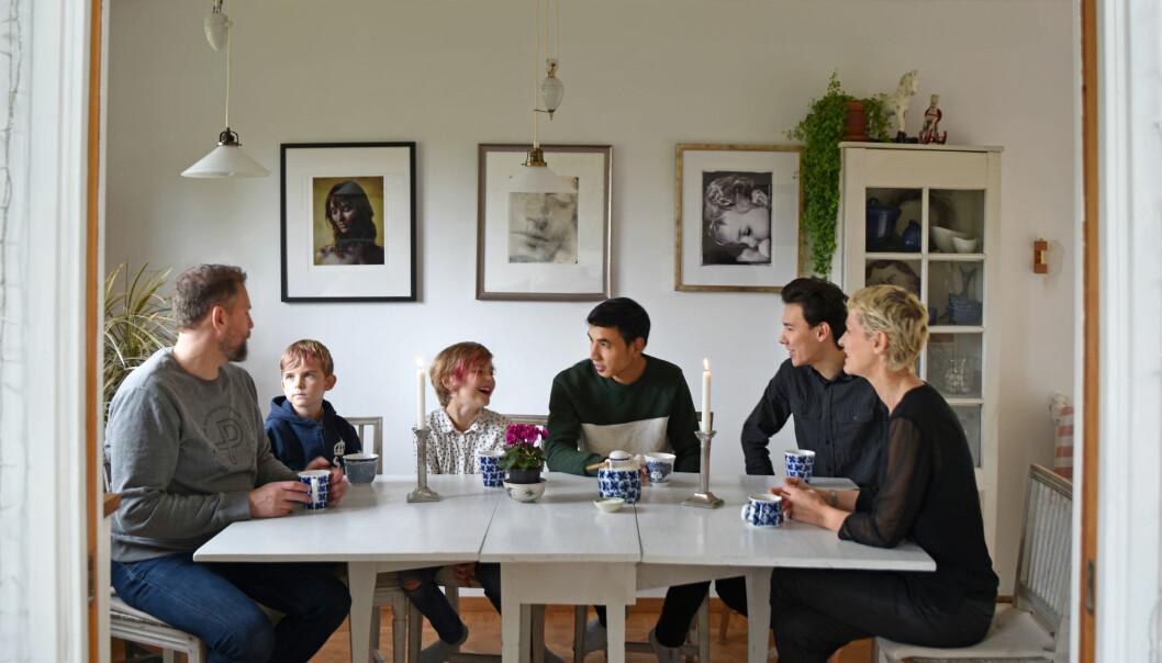 Joanna Ågren och maken Tomas tillsammans med barnen Selma och Tim och ungdomarna Nas och Mehdi i villan utanför Stockholm.