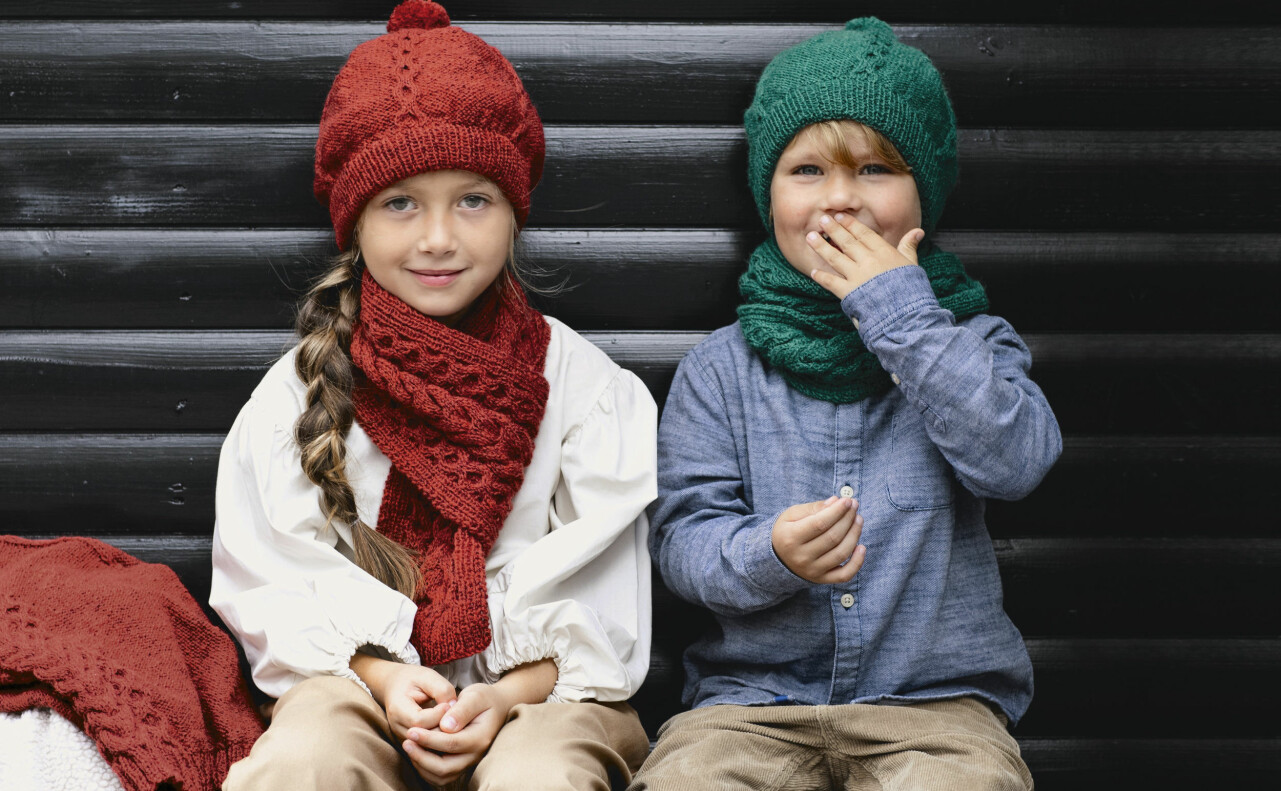 En pojke och en flicka i matchande tofsmössor som du enkelt stickar själv.