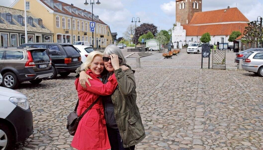 Helén och Monica kramas om när de träffas i Båstad.