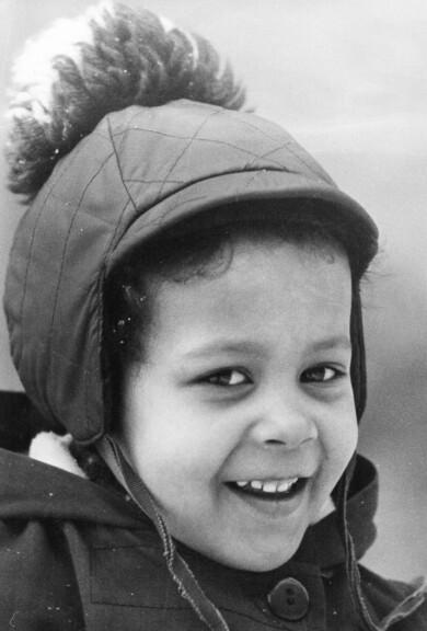 Porträtt av Sathima som barn, fotograferad hos sin adoptivfamilj.