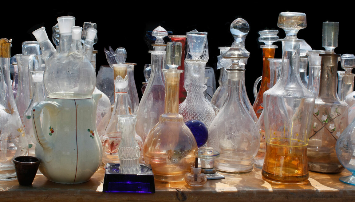 Många smutsiga glasvaser som behöver rengöras står på ett bord.