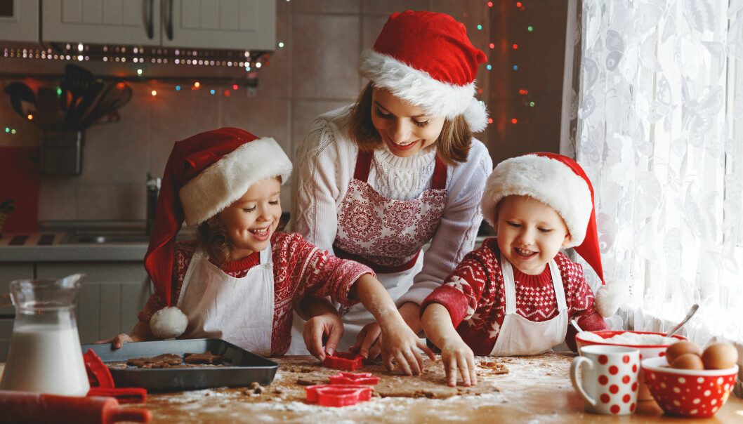 Mamma och barn bakar pepparkakaor inför julen.