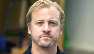 """Erik Jerka Johansson (känd från Bonus- familjen) debuterar som program- ledare i """"En perfekt förälder"""" i SVT."""