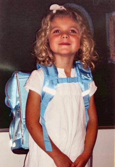 Ljuvligt söt Sascha i ljuslockigt hår och blå ryggsäck första skoldagen.
